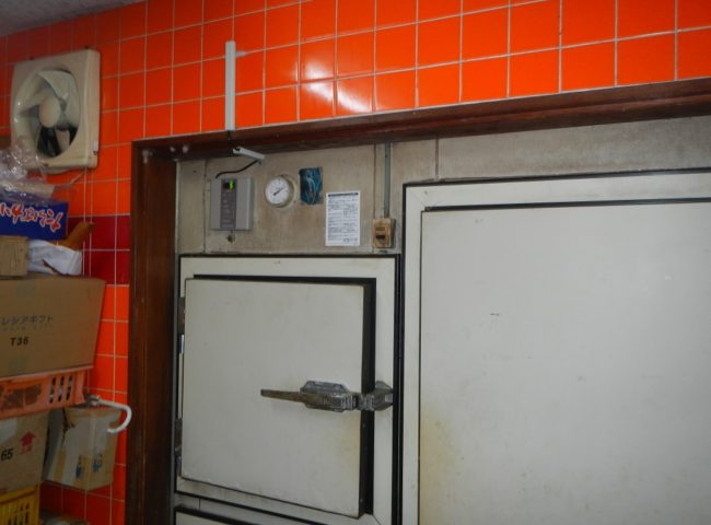 業務用プレハブ冷蔵庫のサイクル交換工事|神奈川県秦野市の鮮魚店にて施工