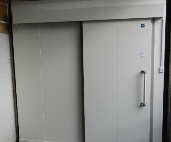 業務用プレハブ冷凍・冷蔵庫の新設工事 東京都調布市の飲食店にて組み立て工事