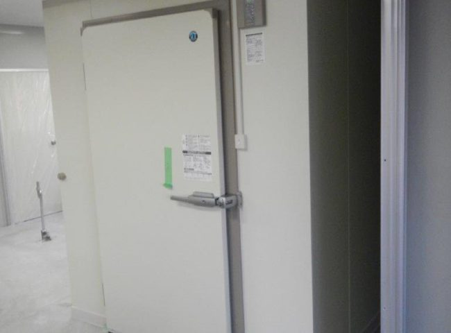 業務用プレハブ冷凍・冷蔵庫の新設工事 神奈川県相模原市南区の酒屋にて組み立て工事
