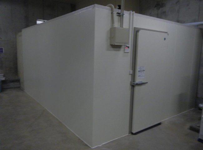 業務用プレハブ冷蔵庫の新設工事|神奈川県秦野市の酒屋にて組み立て