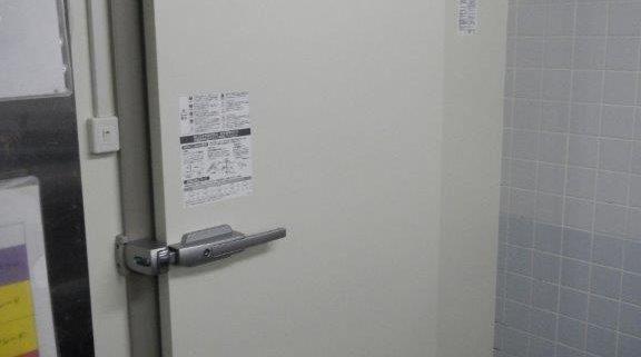 業務用プレハブ冷蔵庫の組み立て