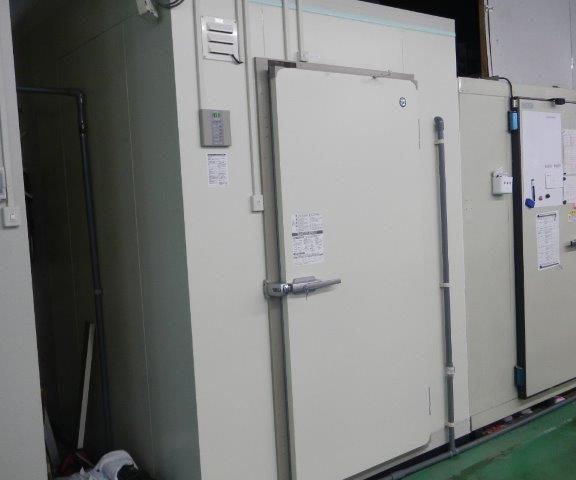 業務用プレハブ冷凍・冷蔵庫の新設工事 神奈川県川崎市中原区の鮮魚店にて組み立て工事