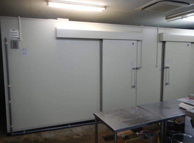 業務用プレハブ冷凍・冷蔵庫の新設工事|神奈川県秦野市の宅配弁当屋にて組み立て